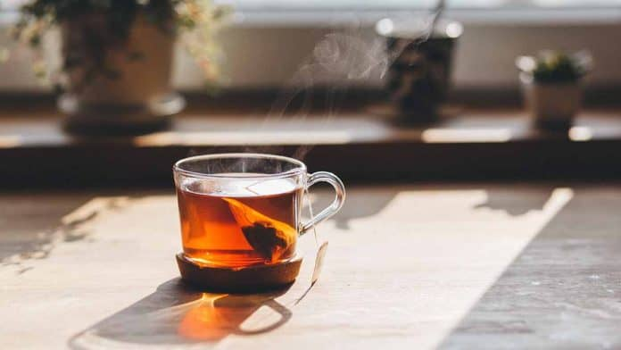 Polyphenols in tea. EGCG catechins benefits of black and green tea